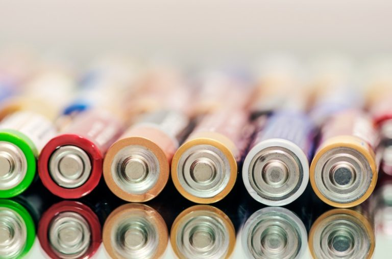 Colorful alkaline batteries