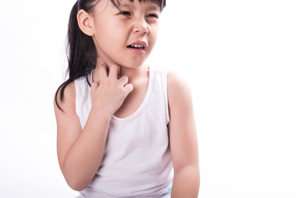 child with itchy throat