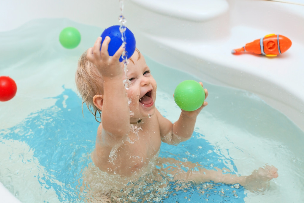 Child bathing in the tub
