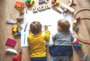 2 kids drawing together
